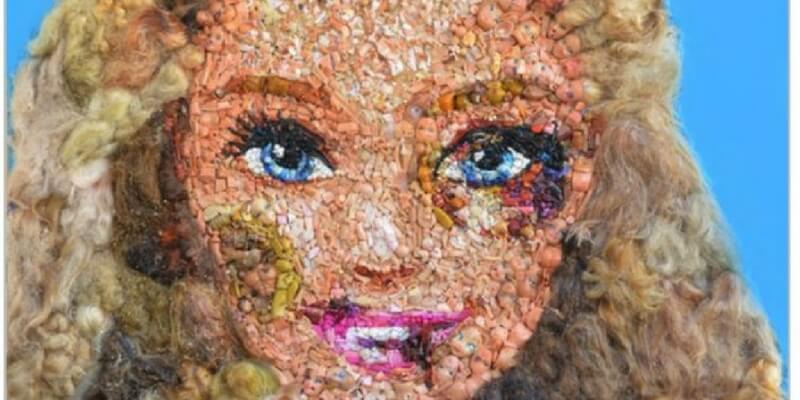 Una Barbie tumefatta per dire no alla violenza sulle donne