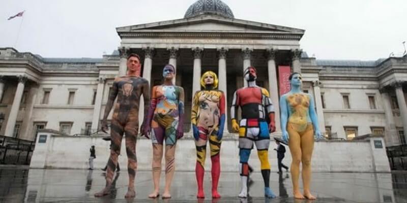 """5 """"tele umane"""" hanno sfilato a Londra per promuovere l'arte"""