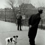 Robert Doisneau. Pescatore d'immagini | Robert Doisneau, Le chien du Pont des Arts, 1953 @ Atelier Robert Doisneau