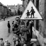 Robert Doisneau. Pescatore d'immagini | Robert Doisneau, Les ecoliers de la rue Damesme, Paris 1956 @ Atelier Robert Doisneau