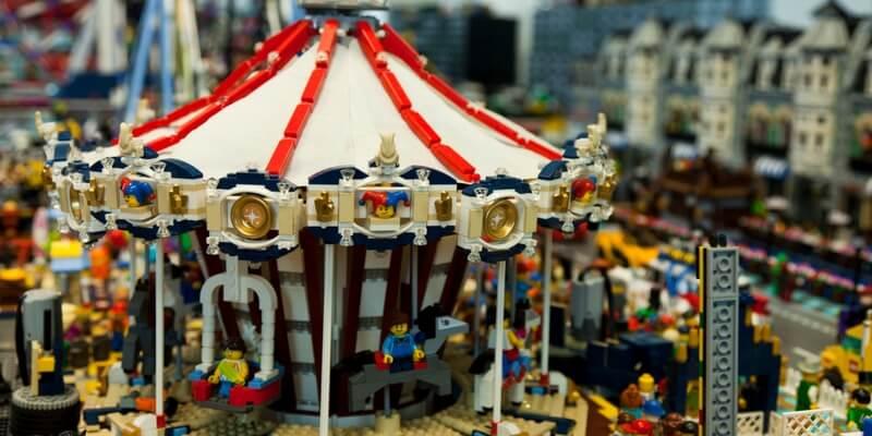 A Milano i mattoncini Lego illuminano la città