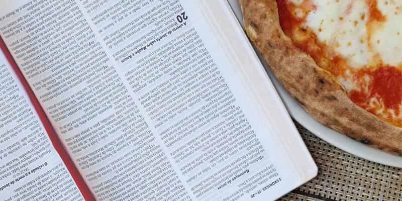 Spazio ai libri e alla lettura in una pizzeria toscana