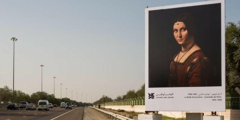 Il Louvre Abu Dhabi ha aperto una galleria d'arte sull'autostrada