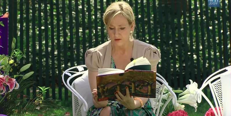 """J.K Rowling su Twitter, """"si può trovare la felicità anche nei moneti più bui"""""""