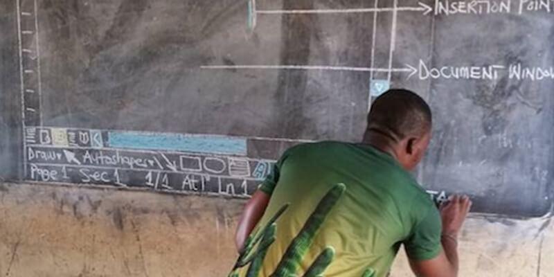 Docente in Ghana usa la lavagna per insegnare Word ai suoi alunni