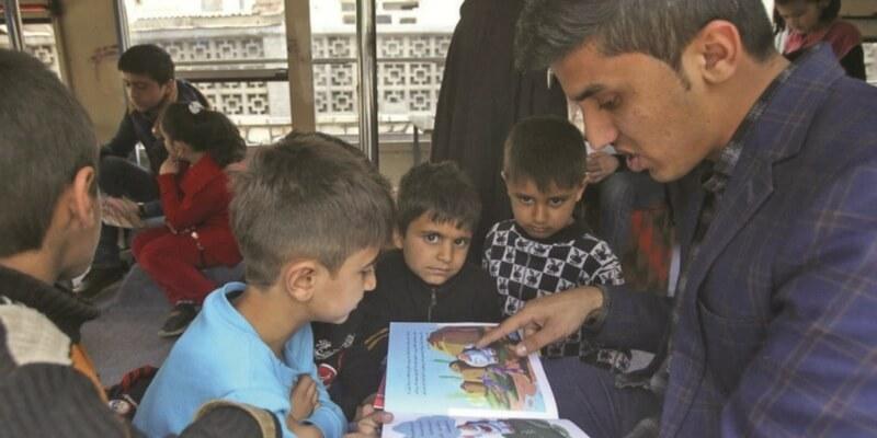 La biblioteca su un autobus che porta gioia ai bambini afghani