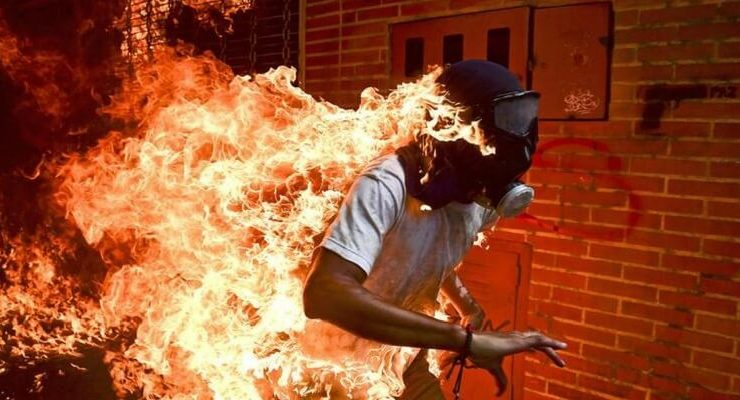 Lo scatto dell'uomo in fiamme in Venezuela vince il World Press Photo 2018
