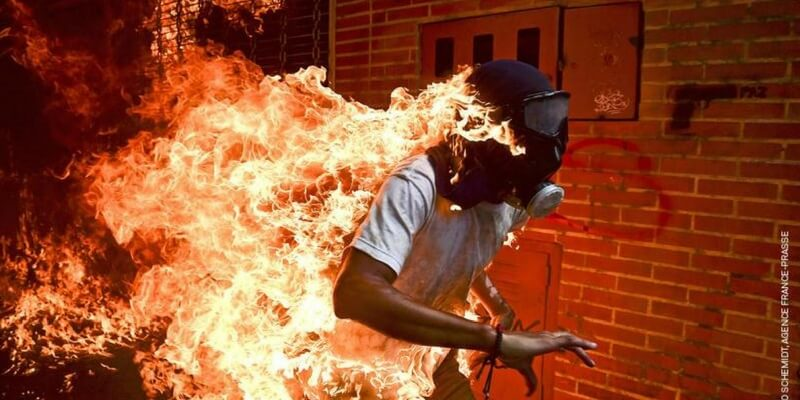 Lo scatto dell'uomo in fiamme in Venezuela vince il World Press Photo 2018