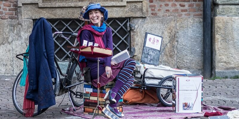Chiara, la lettrice che racconta le storie per strada