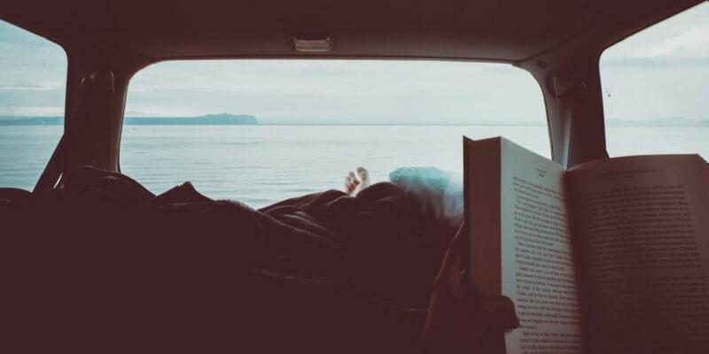 I consigli per leggere di più durante la vacanza