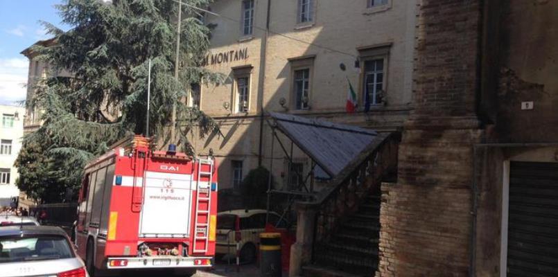 Crolla un tetto in un'aula a Fermo, nessun ferito