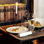 Libri di poesia al posto degli smartphone al ristorante Casa Coppelle di Roma