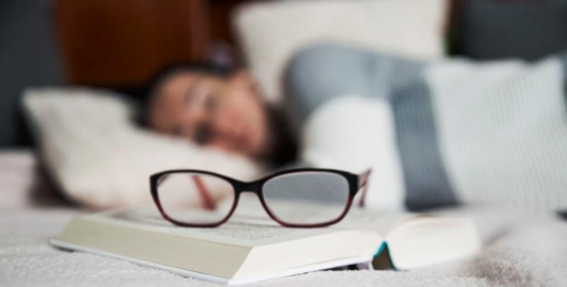 La sera è meglio leggere un libro cartaceo invece di un ebook