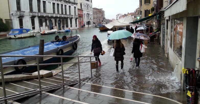 Acqua alta a Venezia, inzuppati due Mirò da un milione di euro