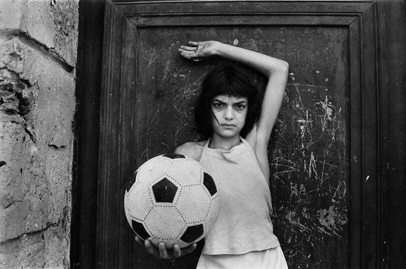 La bambina con il pallone Little girl with a soccer ball 1980 © Letizia Battaglia 1