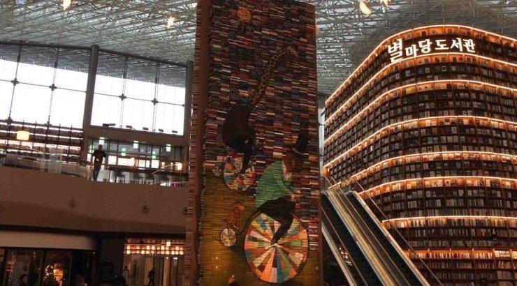 Un albero di Natale di 14.000 libri nella biblioteca di Seoul