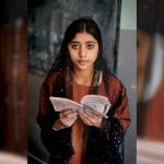 Steve McCurry, le foto che celebrano la lettura in mostra a Torino