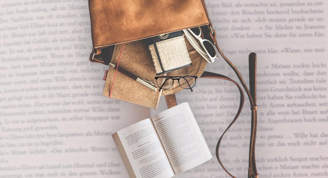 Gli oggetti che non possono mancare nella borsa di un lettore
