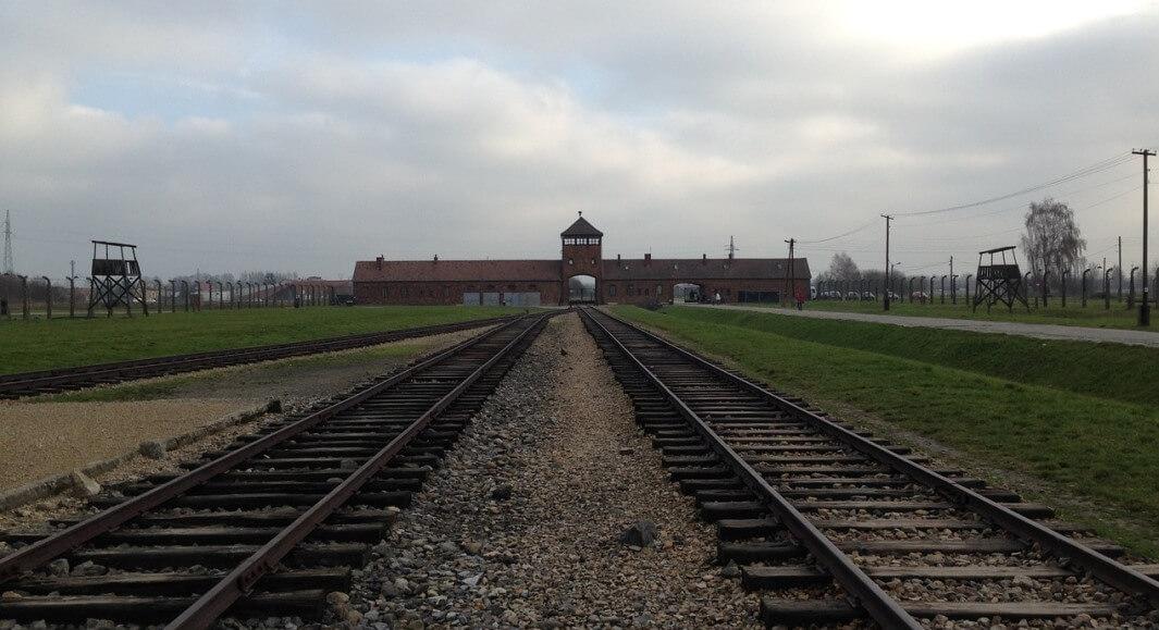 Auschwitz dice no ai selfie sui binari, mancano di rispetto alle vittime