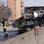 Autobus in fiamme a San Donato Milanese, un ragazzino con una telefonata ha dato l'allarme