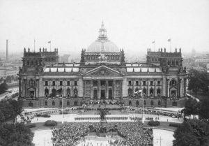 Bundesarchiv Bild 102 03034 Berlin Verfassungsfeier vor dem Reichstag
