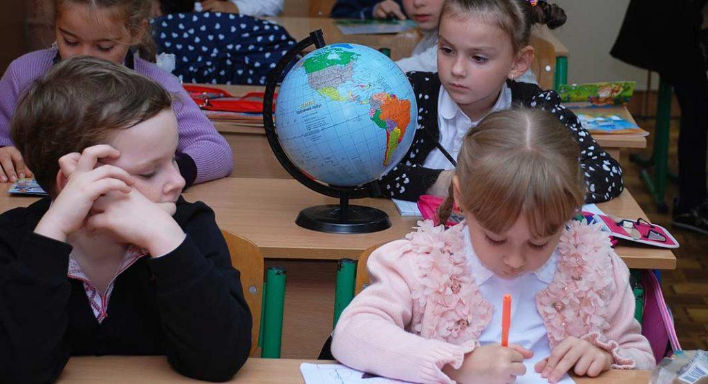 Torna l'educazione civica a scuola dal prossimo settembre, in tutte le classi. Non ci sarà un'ora in più di scuola, ma il voto in pagella