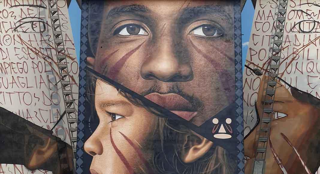 L'ultimo graffito di Jorit rappresenta il migrante con la pagella in tasca