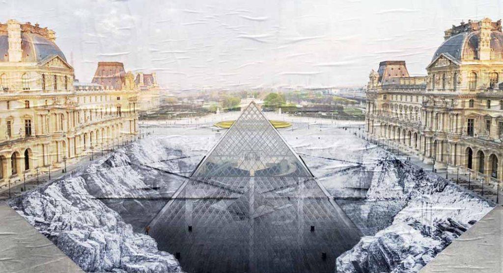 La piramide del Louvre sprofonda negli abissi, l'opera d'arte di JR