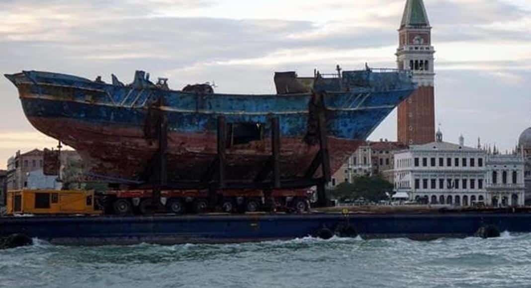 La nave su cui morirono 1000 migranti è ora alla Biennale di Venezia