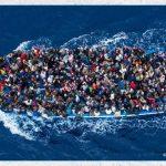 Il viaggio dei migranti, lo scatto di Massimo Sestini è un'icona della fotografia