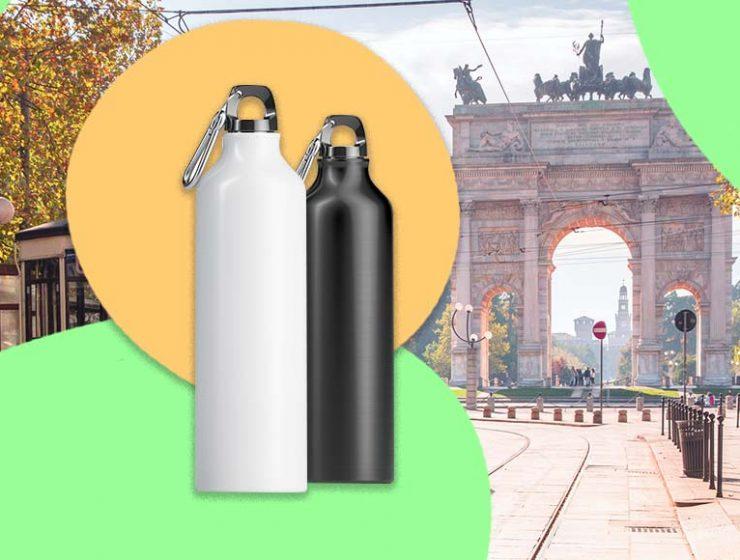 A Milano gli studenti ricevono borracce di alluminio