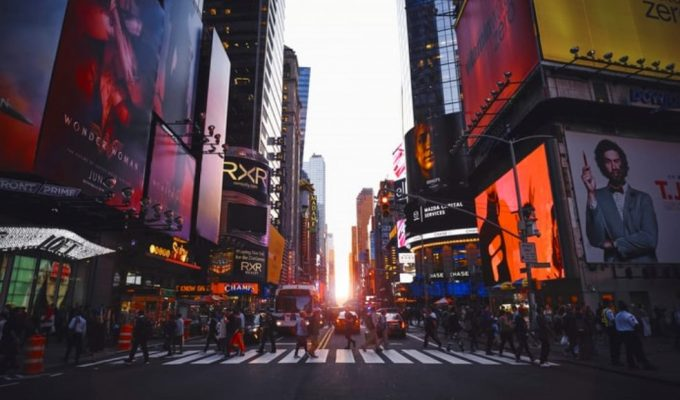 Blackout di New York, a Broadway gli attori ballano sui marciapiedi