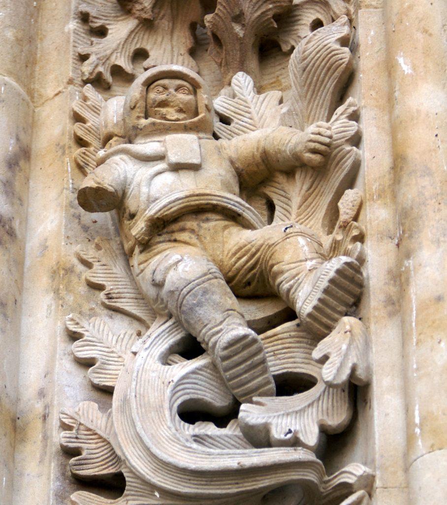 Astronauta de la Puerta de Ramos de la Catedral Nueva de Salamanca mutilado