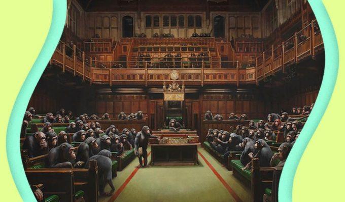 Banksy colpisce ancora, il «parlamento delle scimpanzé» è da record
