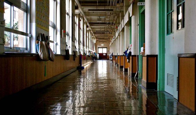 A Milano un bambino cade dalle scale della sua scuola elementare