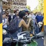 Rivolte in Cile, l'abbraccio rivoluzionario tra militante e militare