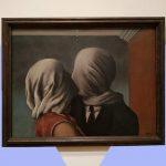 """""""Gli amanti"""" di Magritte, il dipinto che esprime l'impossibilità dell'amore"""