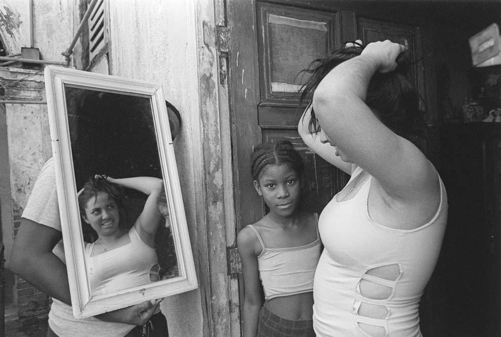 Kattia-García.-Las-mujeres-sostienen-la-mitad-del-cielo-series.-2001.-Courtesy-of-the-artist-and-Catalogo-de-Fotografas-Cubanas