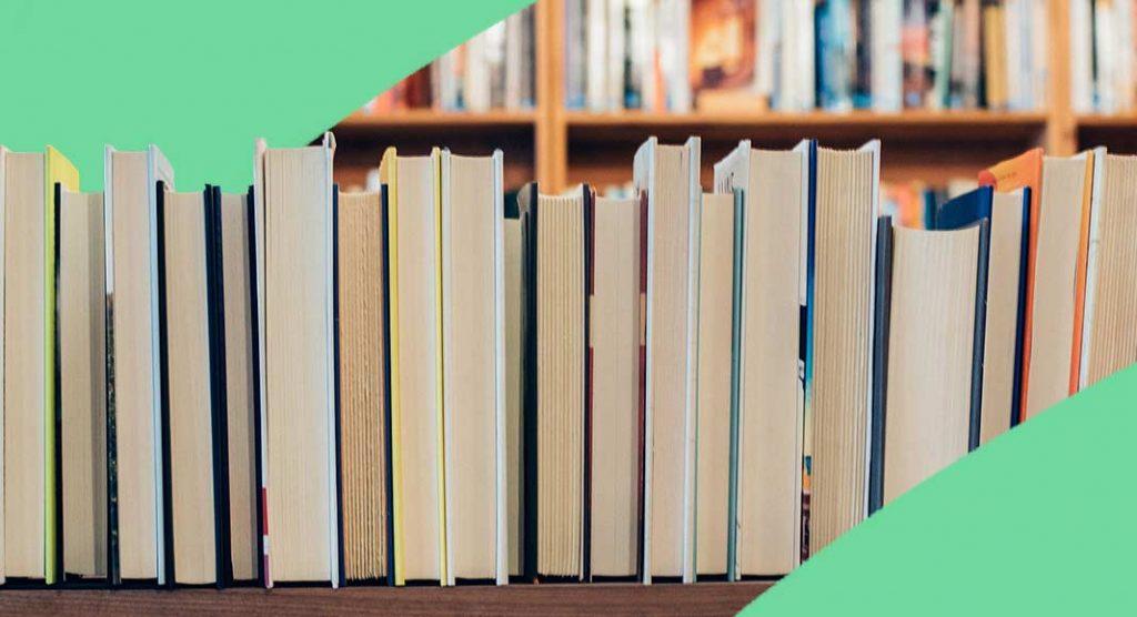 Centinaia di libri abbandonati sul marciapiede di un asilo: la rivolta dei bambini