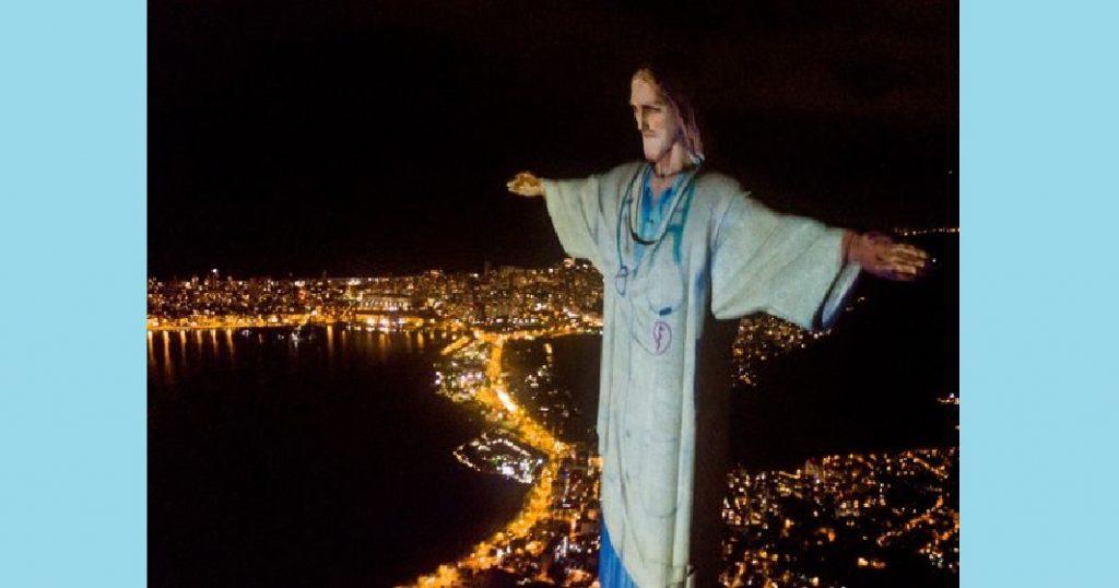 Il Cristo Redentore di Rio con il camice per dire grazie ai medici del mondo