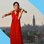 Suona il violino dal tetto dell'Ospedale in omaggio ai medici di Cremona