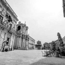 Piazza del Duomo: a sinistra il palazzo del Senato sede del Comune ed a destra il palazzo Beneventano del Bosco