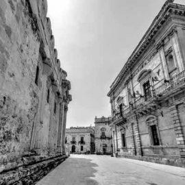 A sinistra lato cattedrale con colonne doriche su via Minerva