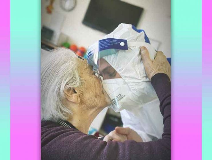 La foto simbolo dell'amore degli operatori sanitari verso gli anziani