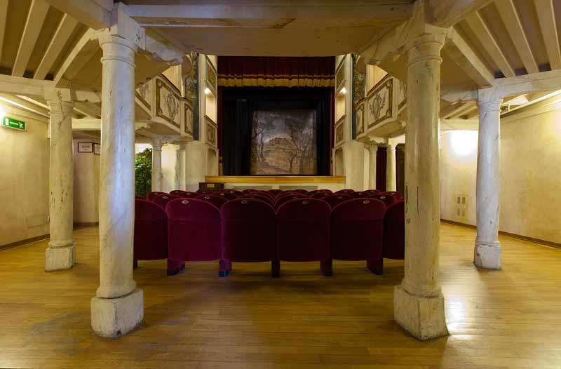 1-Teatro_della_Concordia-ingresso-platea