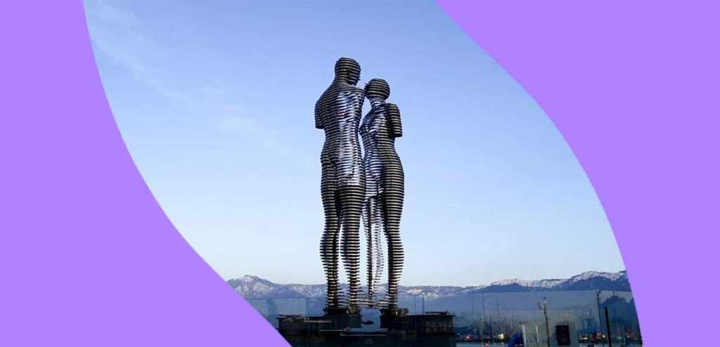 Le gigantesche statue di Ali e Nino, gli amanti sfortunati che si uniscono ogni sera