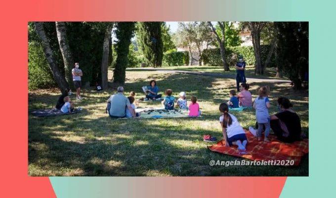 Maestra organizza incontri al parco per leggere libri ai bambini. E' polemica
