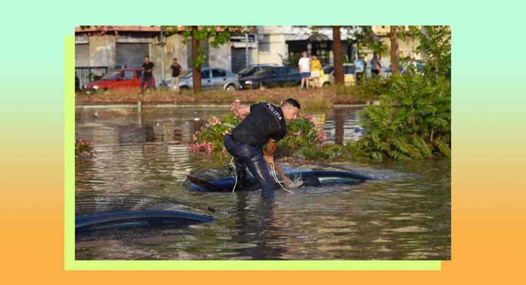 Palermo, la foto simbolo del poliziotto in soccorso dopo l'alluvione