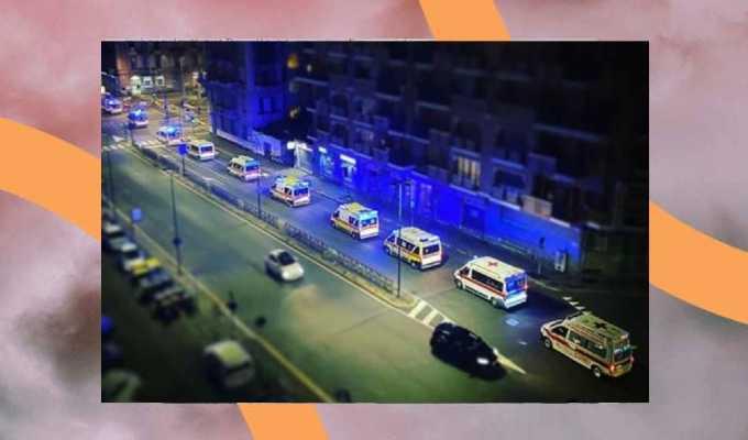 Ambulanze incolonnate in strada, la foto simbolo della seconda ondata