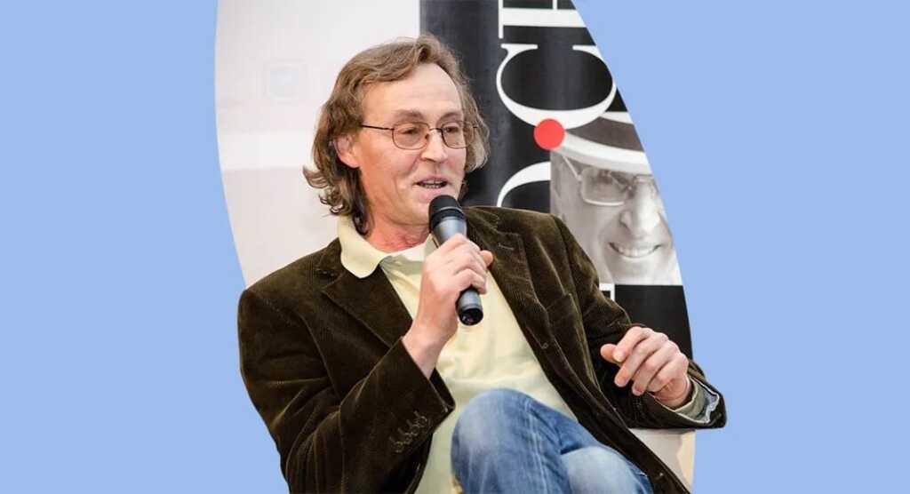 Lo scrittore-medico Andrea Vitali vaccina gli anziani del suo comune
